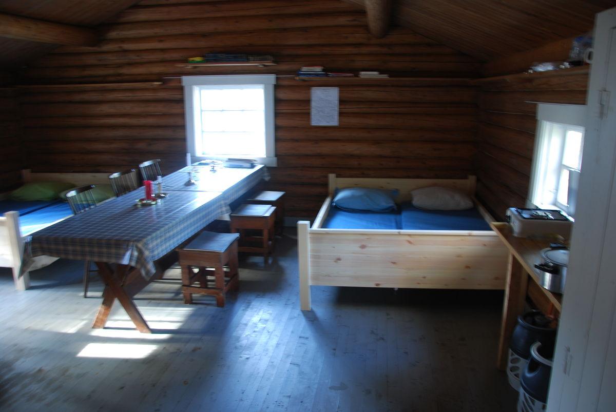 Hyggelig koie i skogen. Helt nye senger og madrasser montert slutten av september 2012 sammen med husvask. Og ennå triveligere skal det bli!