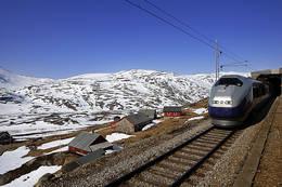 Toget passerer Hallingskeid - Foto: Svein Ulvund