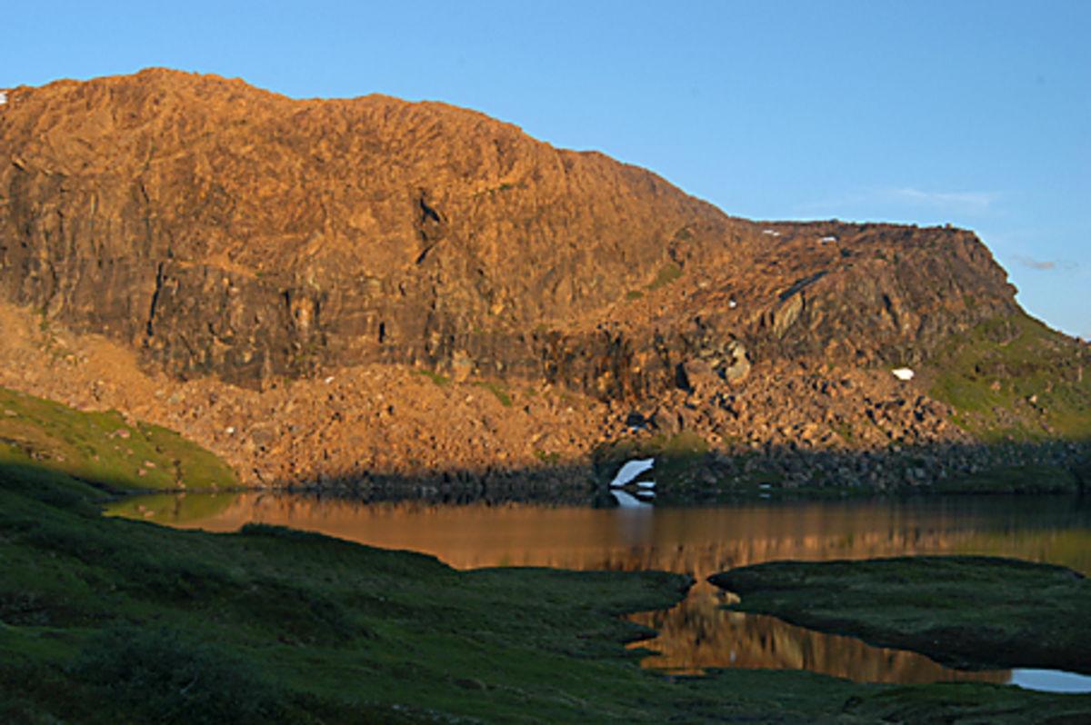 Raudberget i kveldssol- Raudbergvatnet foran