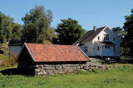Gaudland med det flotte grindabygget i forgrunnen. Her kan du sitte ute uansett vær og grille - Foto: Stavanger Turistforening
