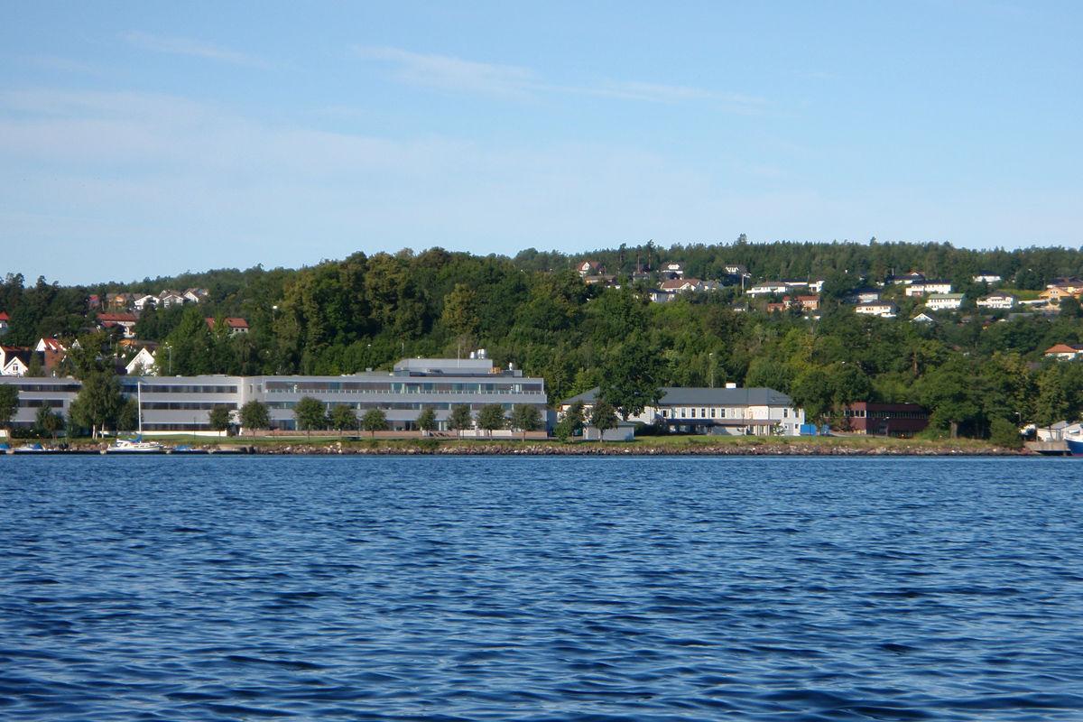 Kongsberg Maritime liger fint ved Indre Havn.