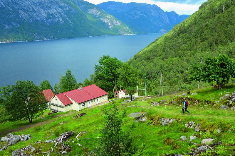 Stavanger Turistforenings hytte ligger øverst i Flørlibygda. Her er det muligheter for å overnatte og gå turer i området.