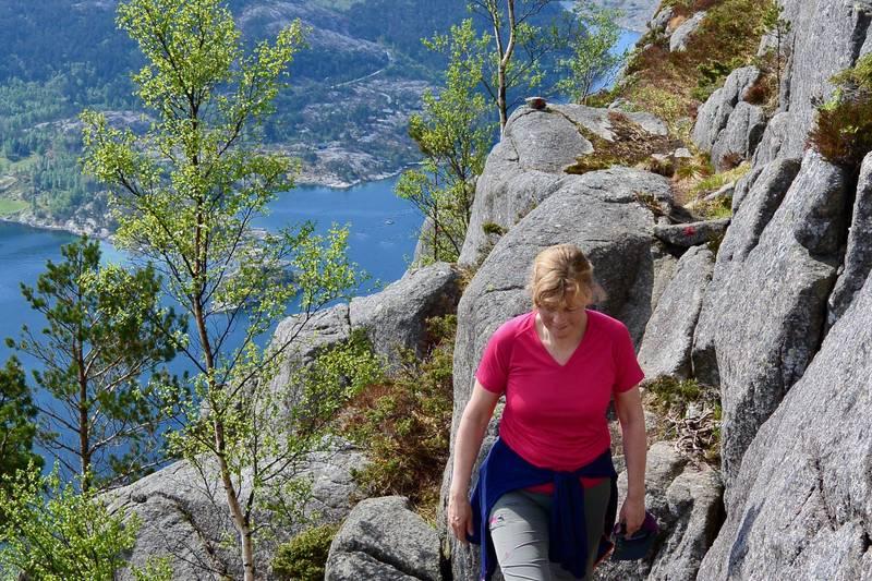 Stien på fremsiden av Hatten går på en hylle i fjellet, med litt enkel klyving.