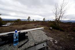 Sittegruppe på toppen. Utsikt i bildet er mot Verdal i sør. - Foto: Ingolf Zeiner Petersen