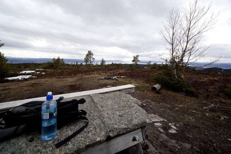 Sittegruppe på toppen. Utsikt i bildet er mot Verdal i sør.