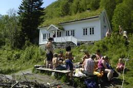 Træet gård, Barnas hytte, Osterøy i Vaksdal kommune utenfor Bergen. Har ca 20 sengeplasser og innredet løe for aktiviteter. Båt og kano, mange turmuligheter.  - Foto: Torill Refsdal Aaase