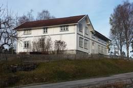 Friluftshuset i Åsa sett fra hovedveien - Foto: