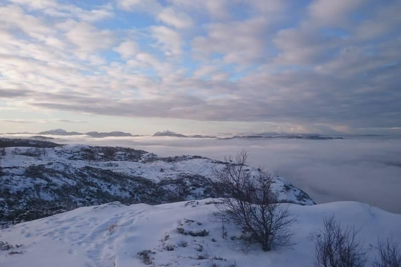 Utsikt mot sør over skyhavet med bl.a Løvstakken, Lyderhorn og Ørnefjellet i bakgrunnen