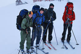 Fornøyd venninnegjeng klar for tur fra Hallingskeid - Foto: Einar J. Grieg