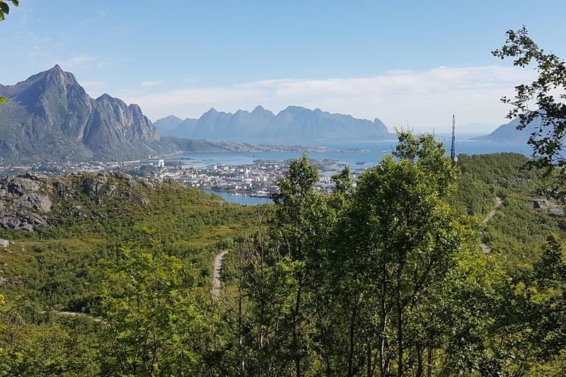 Tjeldbergaksla og Svolvær sett fra bakken opp Tjeldbergstind