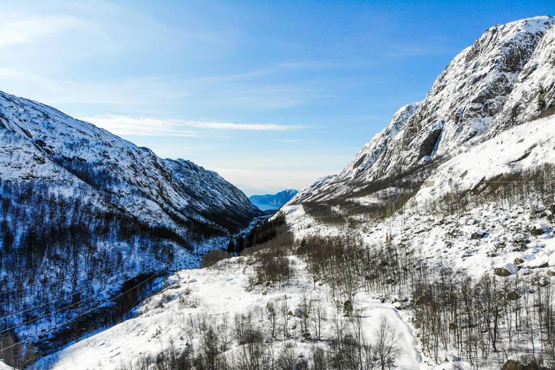 Daladalen er et markant dalføre som ligger parallelt med Lysefjorden. En flott tur sommerstid er å gå oppå ryggen ut mot fjorden.