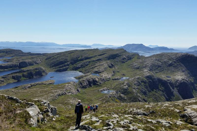 Siste oppstigning mot toppen av Store Skorekinna, med nederste Svartomnvatna til venstre. Bildet er tatt på returen.