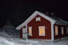 Hytta i mørket med lys i alle vinduene - Foto: Stine Førlie/DOT