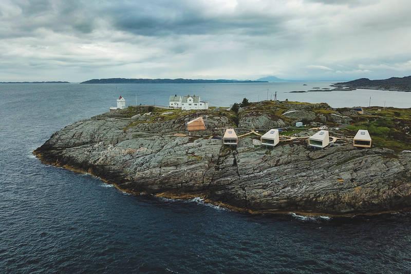 Flokehyttene ligger sør for Ryvarden kulturfyr. Rekkefølge på hyttene, fra nærmest fyret: Horda-Kåre, Geirhild, Tjodgerd, Faxe, Vilgerd