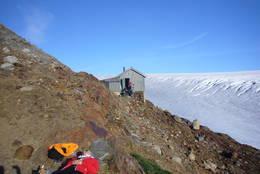 Etter en oppstigning på 1100 meter opp til Tåkeheimen, var det godt å ta en hvilepause i sola :)<br /> - Foto: Regine M&#248;rk