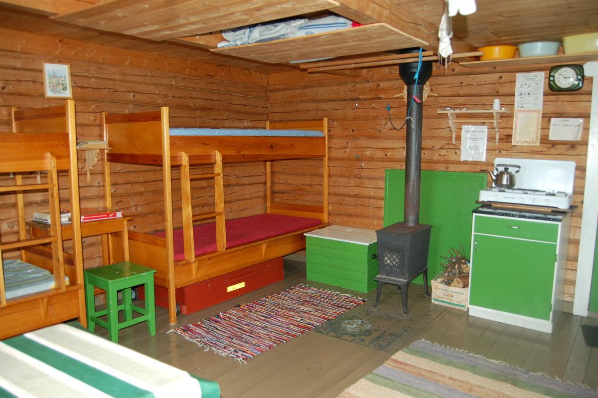 Hytta har sengeplass til 4