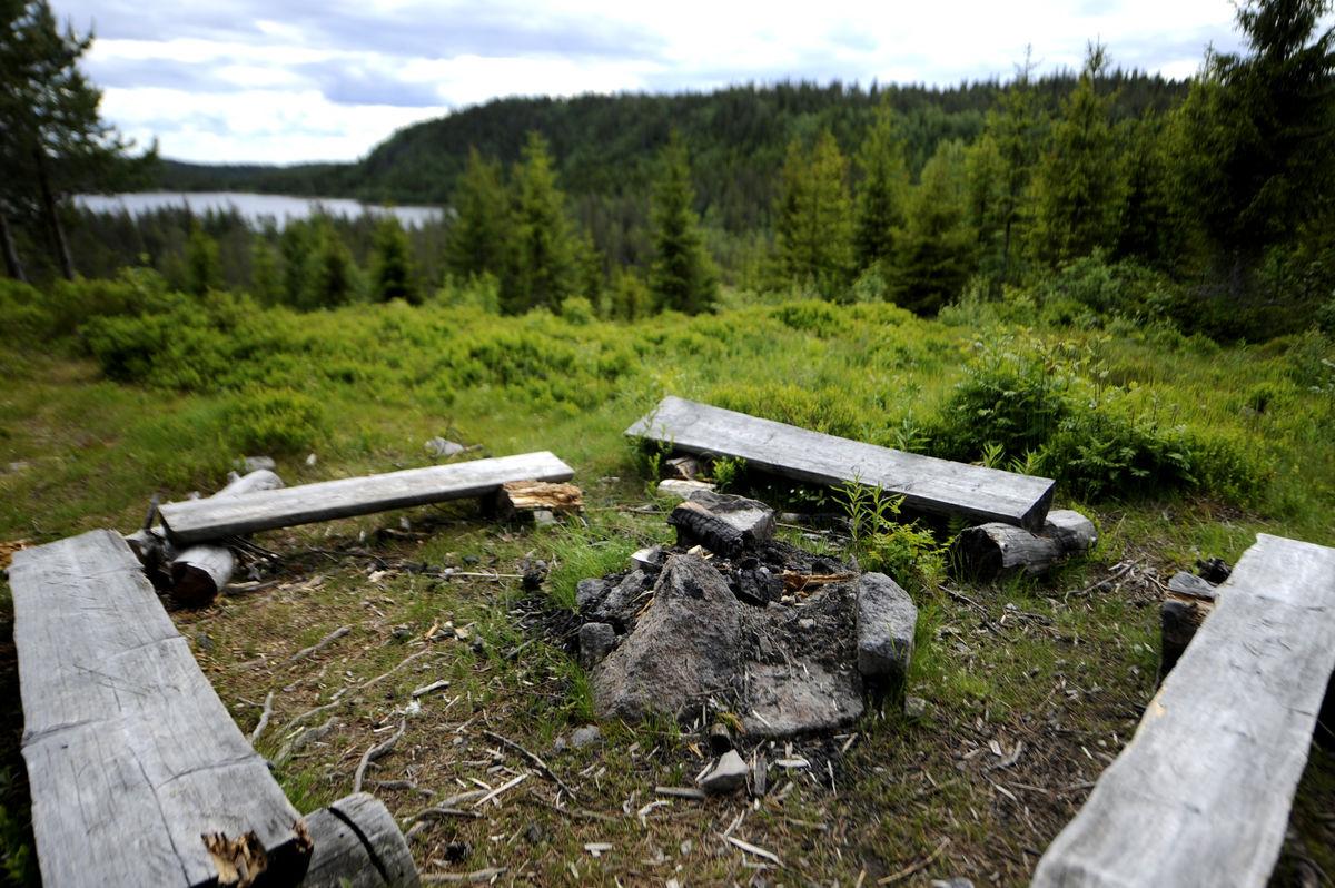 Fin bålplass på baksida av hytta
