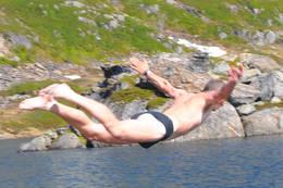 Noe kjølig vann, men med såpass fine stupemuligheter er det vanskelig å dy seg!  - Foto: Karstein Lundgård