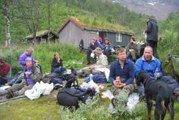 Det er fin rasteplass ved elva - Foto: Asbjørn Hadland