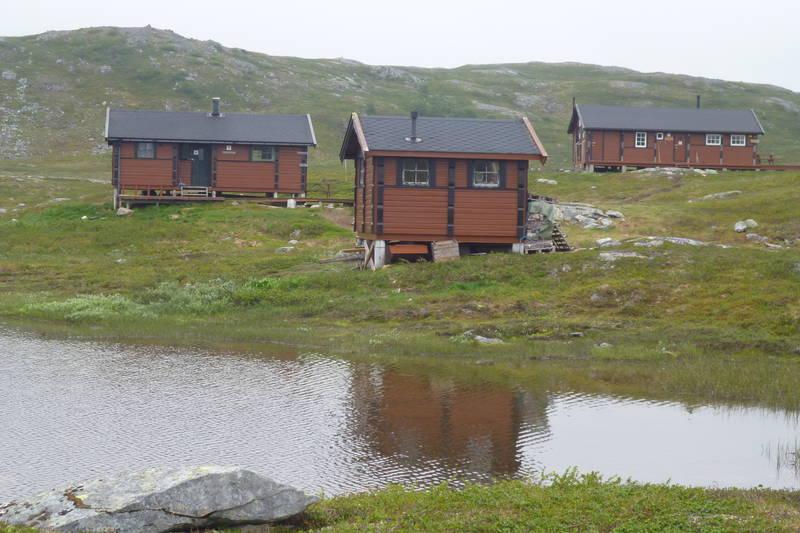 Fra venstre: Gammelhytta, uthuset og Jubileumshytta