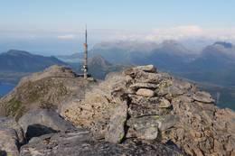 Utsikt fra toppen mot tårnet og Tretinden -  Foto: Petter Michael Hovland