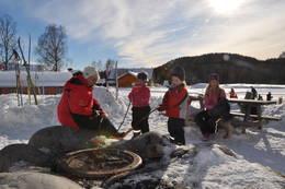 Pølsegrilling hører med på en aktivitetsdag. - Foto: Ane Marte Gussiås