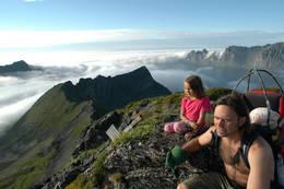 Utsikten fra toppen av Husfjellet er mektig, med Strandbytind, Ersfjorden og Okshornan i bakgrunnen - Foto: Julie Maske