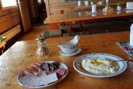 Du får servert rømmegrøt og spekemat på dagservering på Storerikvollen turisthytte - Foto: Jonny Remmereit