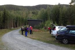 Bilen kan parkeres her ved redskapshuset. Vær snill å ikke sett den foran døra.  - Foto: Hilde Roland