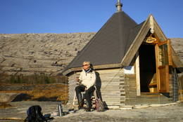 Tortenkøta er utstyrt med vedovn og ved, og står ulåst hele året.  - Foto: Asbjørn Marius Losvik