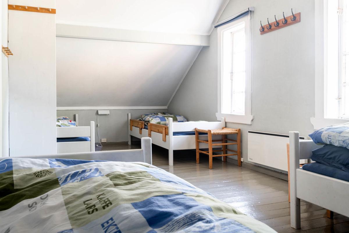 Det er 10 sengeplasser på Nodhagen. I tillegg er det noen ekstra madrasser.