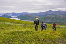 På turen opp fra Smalfjord over til Vestertana er det flott utsikt. I bakgrunnen ser man Smalfjorden og Stangnestind 725 moh. - Foto: Frank Martin Ingilæ