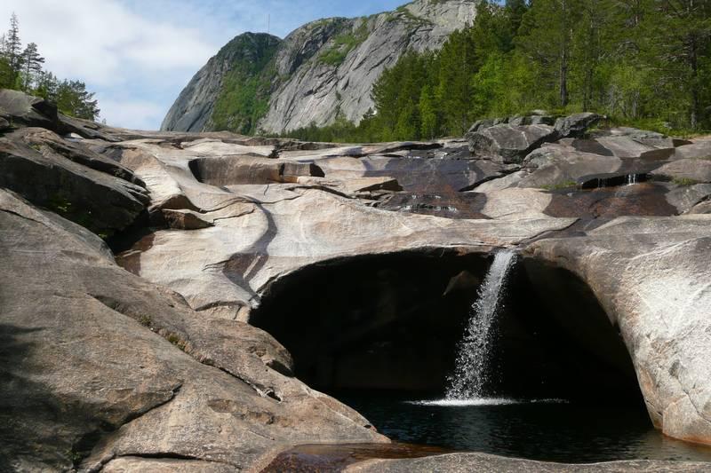 Etter en tur til Løefjell kan det kanskje friste med et bad i kulpene i det gamle elveleiet. Bading skjer på eget ansvar, vannstanden kan øke. Løefjell i bakgrunnen.