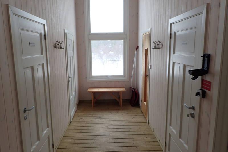 Gang med vedbod, toalett, vedfyrt badstue og lager.