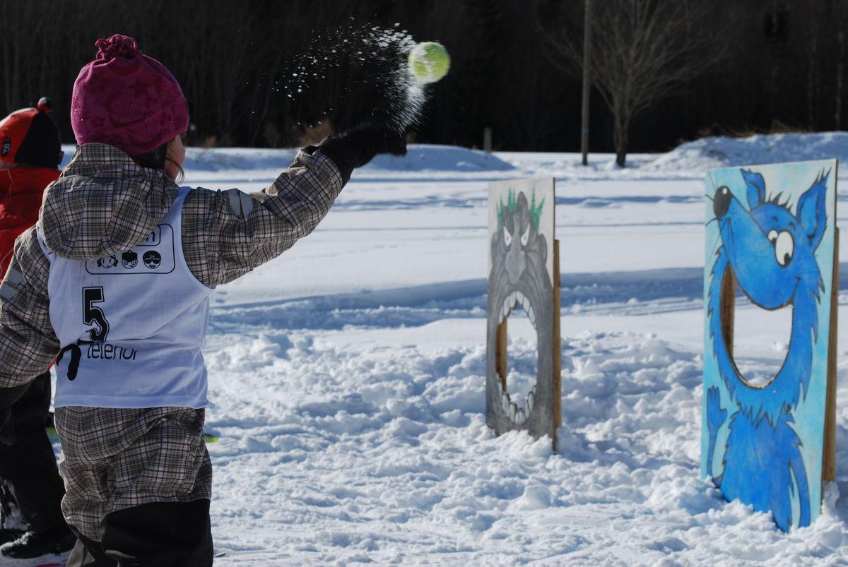På vinteren kjører vi skispor på jordene. det gir mulighet for blant annet skiskyting.