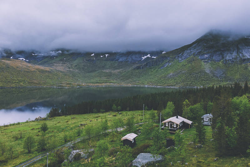 Hytta ligger midt blant lofotens luftige topper