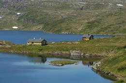 Hytten ligger flott til mellom Raudbergvatnet og Selhamarvatnet - Foto: Sveinung Klyve