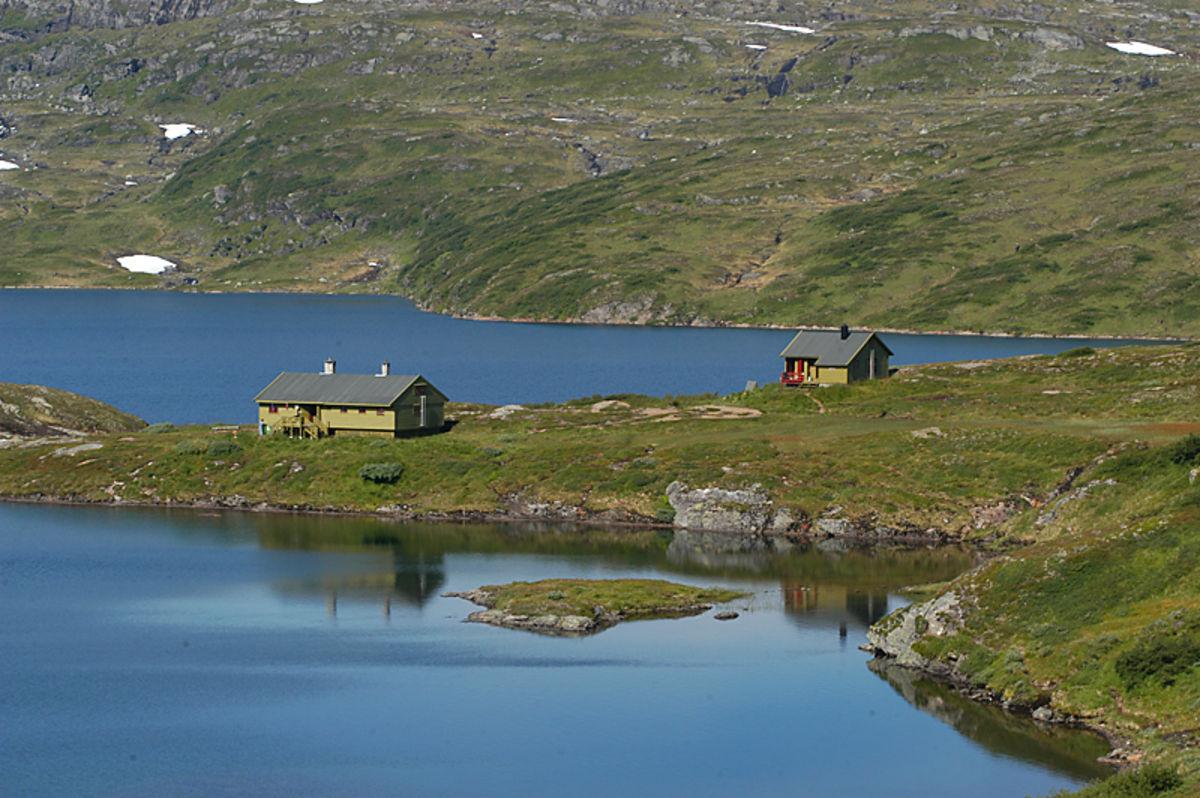 Hytten ligger flott til mellom Raudbergvatnet og Selhamarvatnet