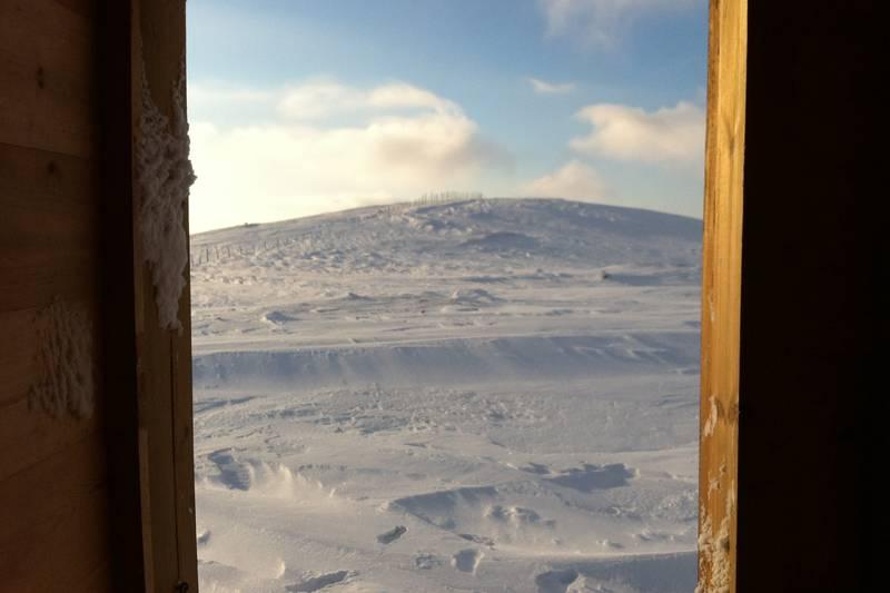 Et toalettbesøk i sterk vind og 14 blå grader er bare herlig med en slik utsikt; Kjølihytta ca kl 09:30 den 29 januar 2012.
