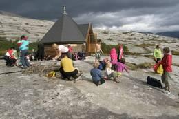 Grå himmel, men oppholdsvær når Barnas Turlag besøker Tortenkøta - Foto: Line Ellingsen