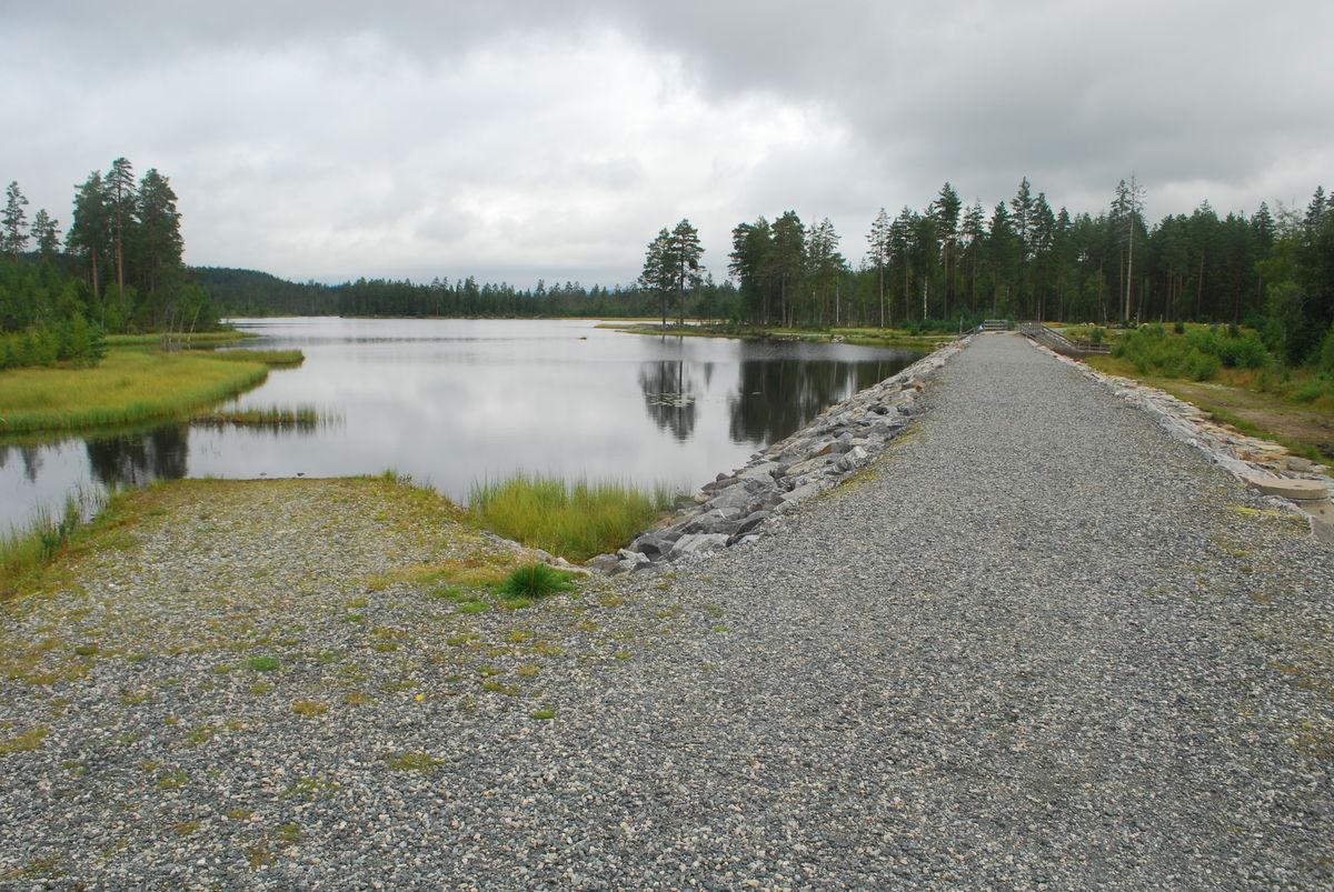 Det er laget en demning ved utløpet på Buvatnet, som turveien går over.