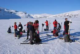 Påsketurister ved Hadlaskard. Vestvidda har gode skiforhold.  - Foto: Ukjent