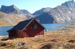 Hytta med Hornindalsrokken til høyre - Foto: Åsmund Steen