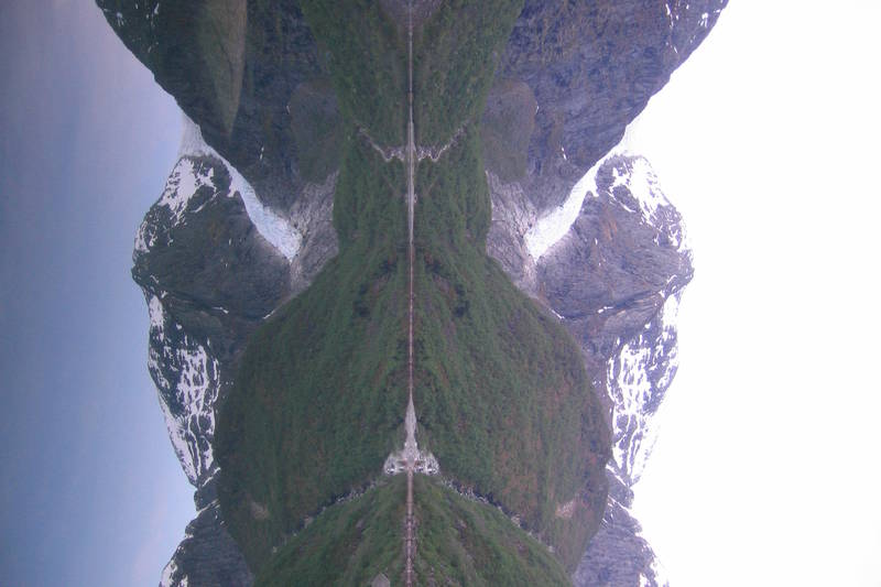 Bondhusbreen speiler seg i Bondhusvatnet
