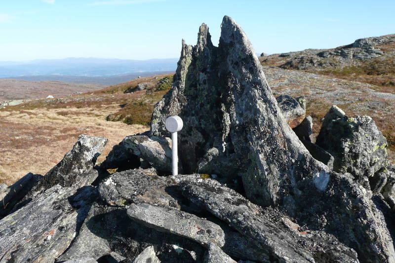 Grensepunktet mellom kommunene Melhus, Midtre Gauldal og Selbu ligger 328 meter nordvest for toppen.