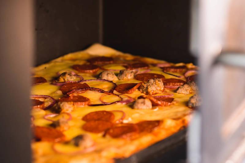 Skåpet har en egen bakeovn, som er plassert over peisen i hovedhytta. Her kan man steke pizza og annet bakverk på steinplaten inne i ovnen.