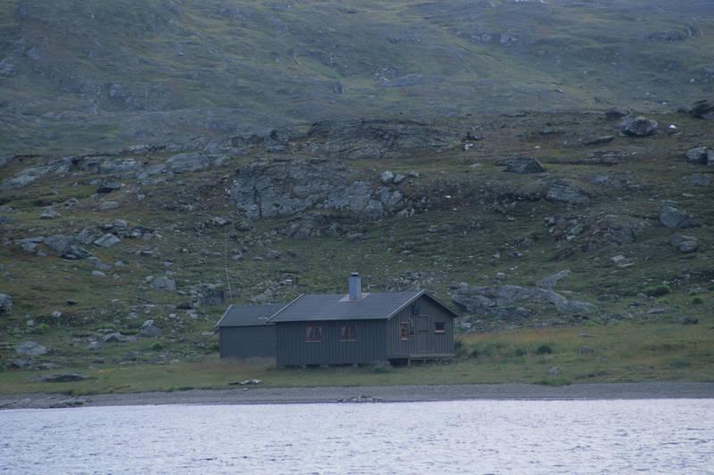 Hytta ligger idyllisk til ved østenden av Eidevannet, ved grensen til Sverige.
