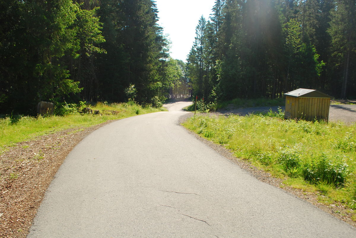 Følg Vestmarksveien innover fra Franskleiv. I starten er veien asfaltert. Det er bomvei og minimalt med trafikk.
