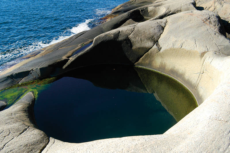 Gryta ligger helt i sjøkanten - Foto: Aust-Agder turistforening