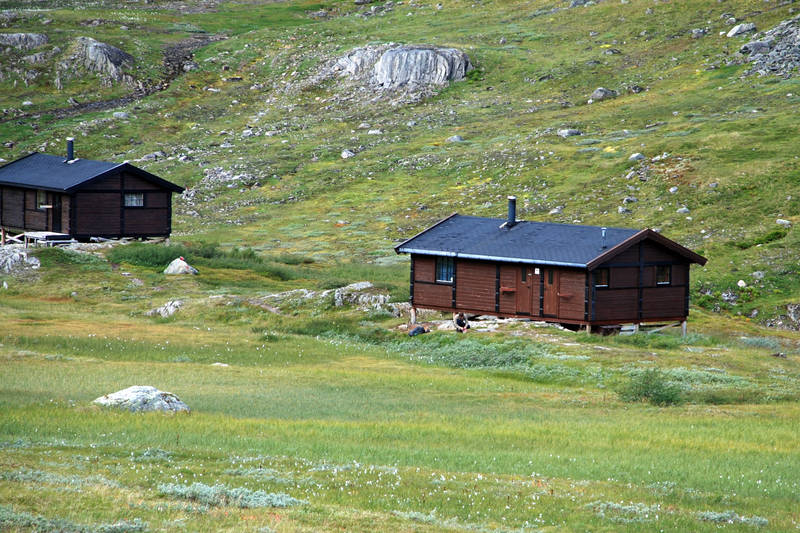 Hytta til venstre tilhører Beiarn jeger- og fiskerforening. De to hyttene fungerer som sikringshytte for hverandre